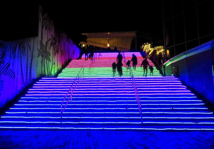 幻想的!「光の階段」に「レインボーストリート」