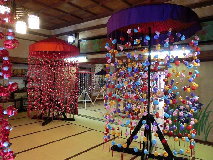 巨大な「傘福」や「2,000体さるぼぼ」にびっくり!
