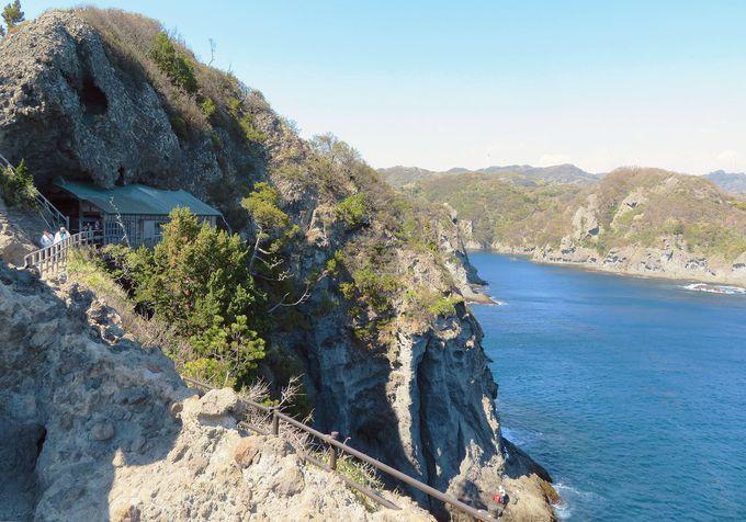 土台は帆柱!断崖に鎮座する「石室神社」