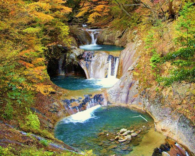 一生に一度は見たい!「七ツ釜五段の滝」と紅葉の圧巻コラボ