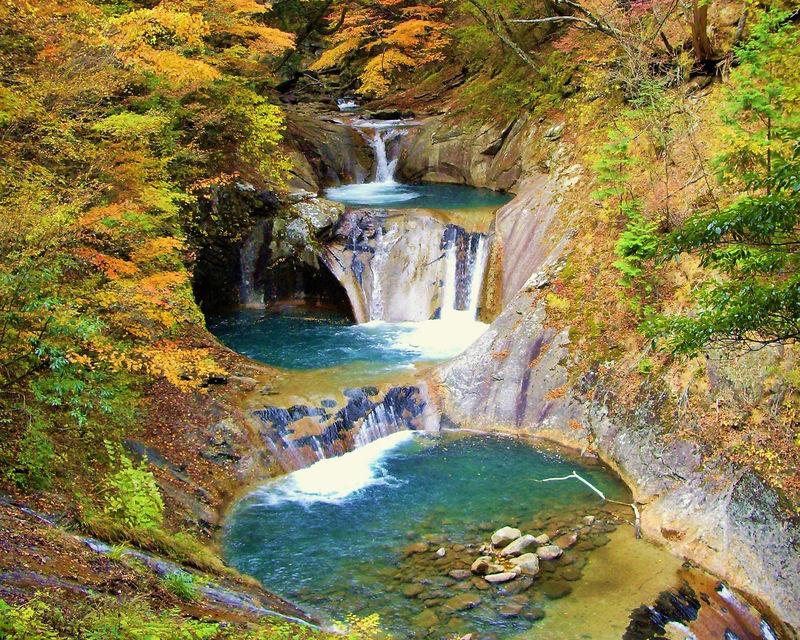 山梨「西沢渓谷」の渓谷美!紅葉と七ツ釜五段の滝のコラボが凄い