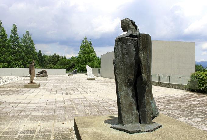 「ヴァンジ彫刻庭園美術館」でアートを目と肌で感じよう!