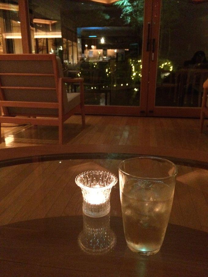 夕食後はムードたっぷりのラウンジで、生ライブに酔いしれつつ食後酒を堪能