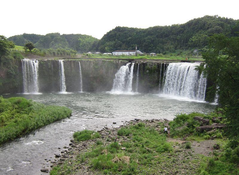 東洋のナイアガラ!?田園地帯に突然現れる大分「原尻の滝」