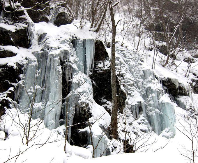 まるで滝のよう!いくつもの氷柱が下がる「馬門岩」
