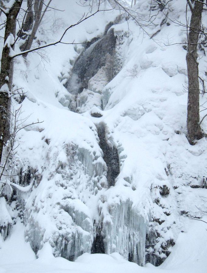 """まさに""""氷瀑""""!落差25mが凍る「雲井の滝」"""