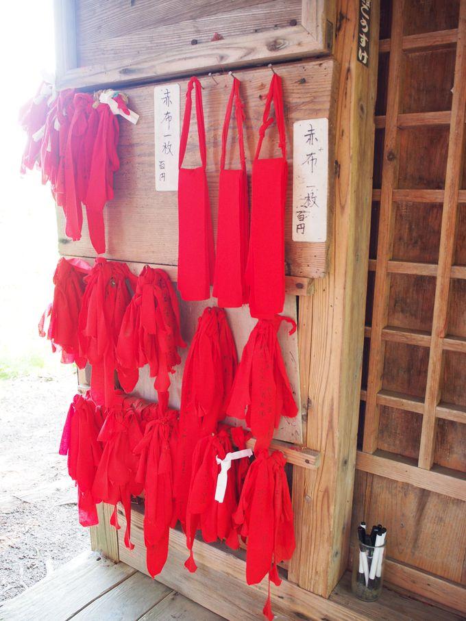 赤い布に恋の願いを託す
