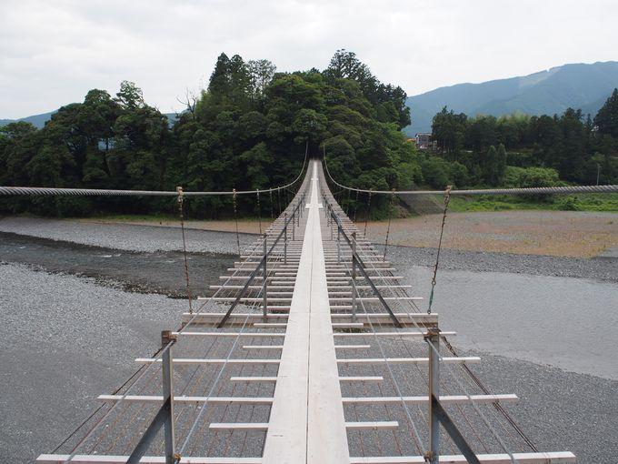 【3】道路&線路&民家の上に架けられた珍しい橋「塩郷の吊橋(恋金橋)」