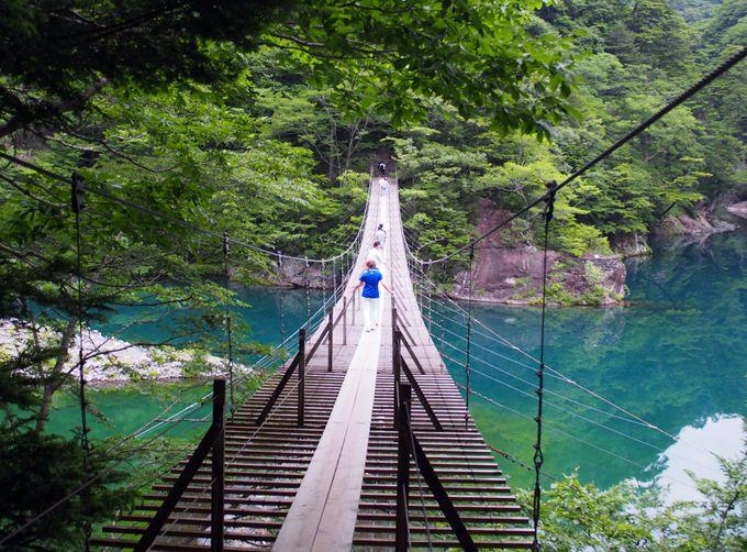 【1】SNSで大人気!エメラルドグリーンの湖面に浮かぶ「夢の吊橋」