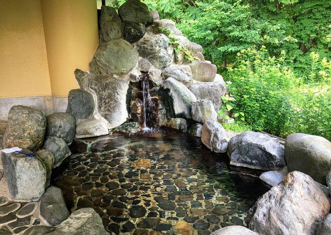 森に囲まれた温泉に浸かって観光の疲れを癒そう