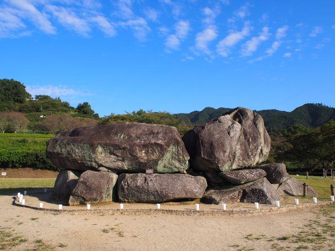 午後:巨大な「石舞台古墳」と最古の大仏が鎮座する「飛鳥寺」へ