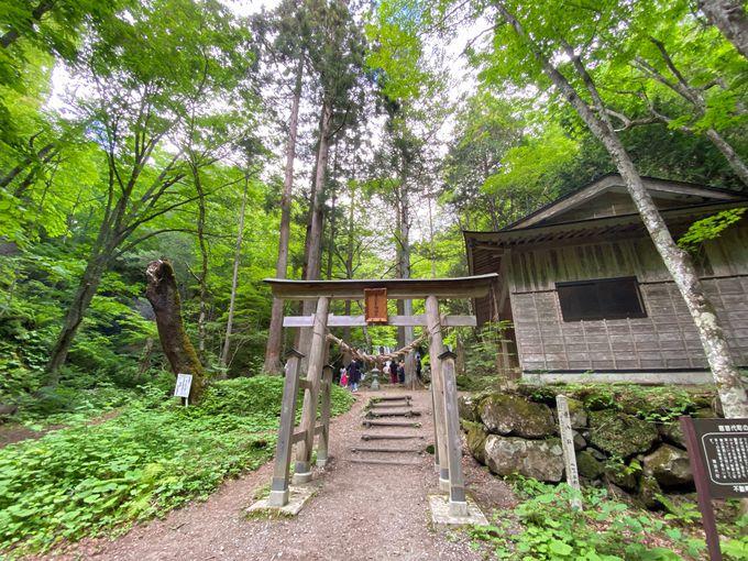 「男滝」と「女滝」の2つの滝からなる達沢不動滝