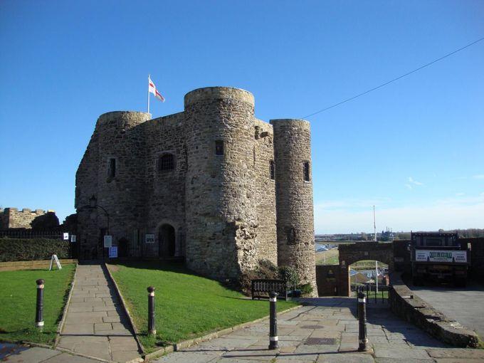 密輸ギャングが暗躍 石の要塞イプラ・タワーに守られた港町