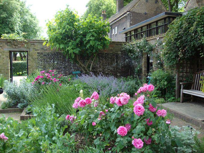 癒しの「ハーブ・ガーデン」と歴史語る「ピリオド・ガーデン」
