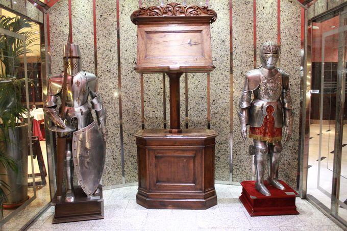 中世の騎士が宿泊客をお出迎え