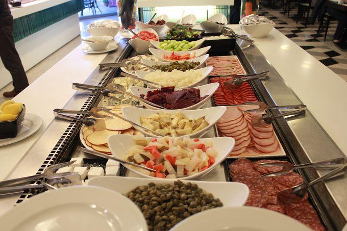 名物料理を堪能できる充実の「朝食ビュッフェ」