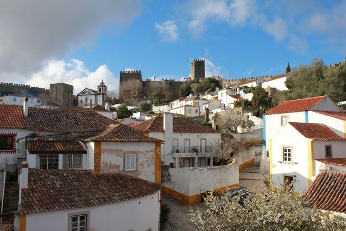 スリル満点「城壁」から眺める村の全景
