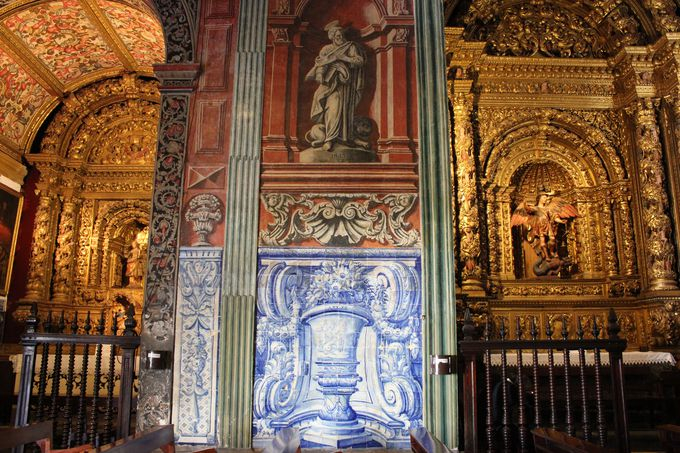 降り注ぐ色彩のシャワーに目を細める「コレヒオ教会」