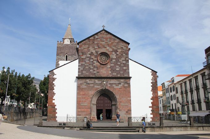 午前1:「フンシャル大聖堂」が建つメインストリートへ