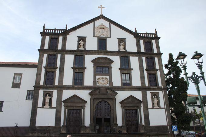 午前2:色に注目したい「ラルゴ・ド・ムニシピオ広場 」と「コレヒオ教会」見学