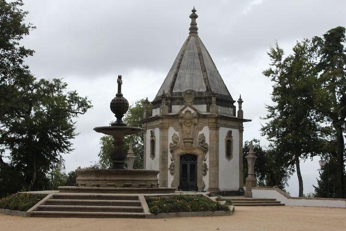 幻想的な「洞窟」とキリストの受難を伝える「礼拝堂」