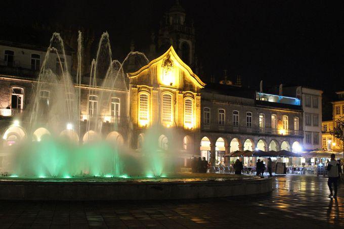街の中心「レプブリカ広場」と優雅な「アルカーダ」