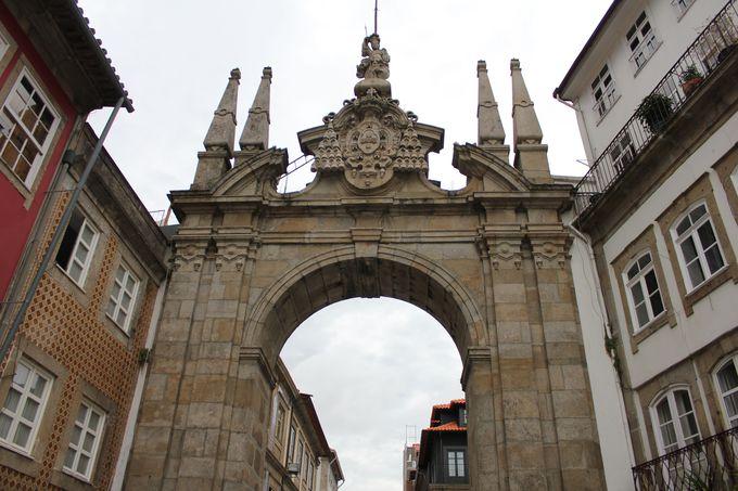 旧市街へと続く堂々たる「アルコ・ダ・ポルタ・ノヴァ」