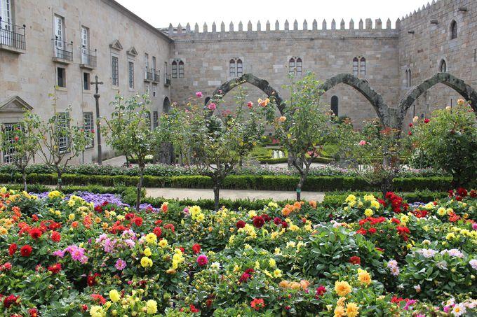 美しい花々の競演「サンタ・バルバラ庭園庭園」
