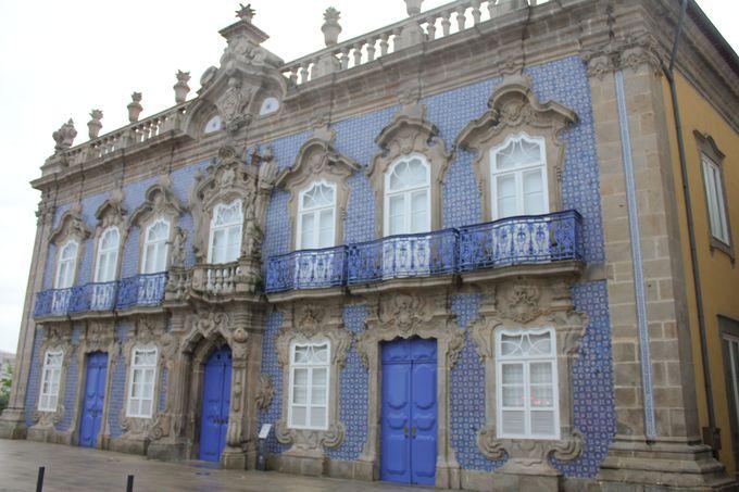 「カルロス・アマランテ広場」周辺 エレガントな教会と宮殿