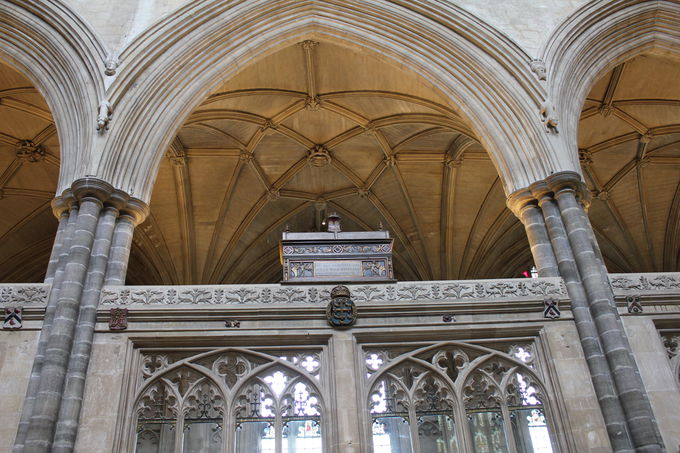 中世が誇る職人技「スクリーン」と「聖歌隊席」