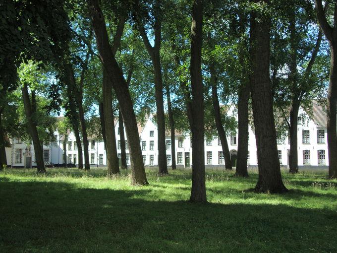 静謐な時間が流れる「ベギン会修道院」