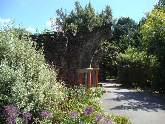 季節の花々と廃墟が美しい「ガナズベリー・パーク」