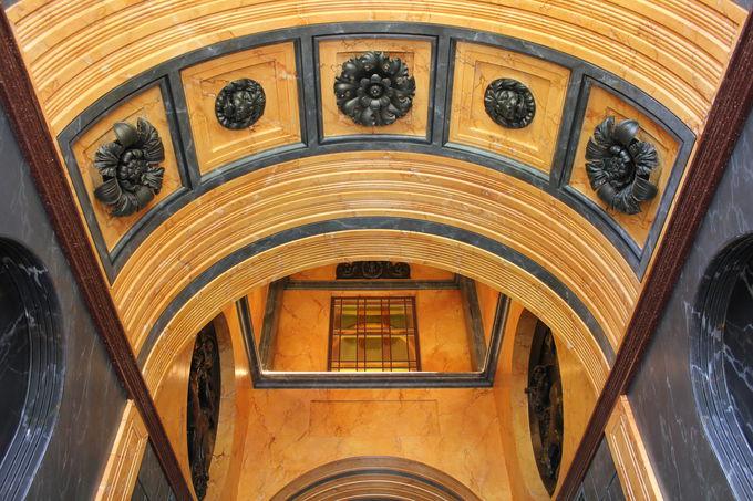 意匠をこらした天井が美しい「ピッツハンガー・マナー」