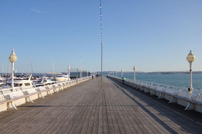 海を眺める「桟橋」と船の往来が楽しい「マリーナ」