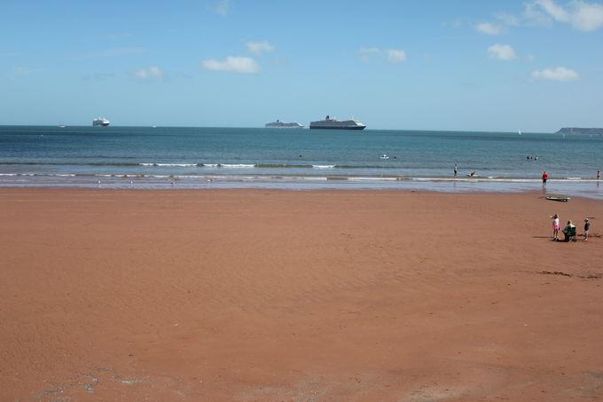 オレンジ色に輝く砂浜「ペイントン・サンズ」