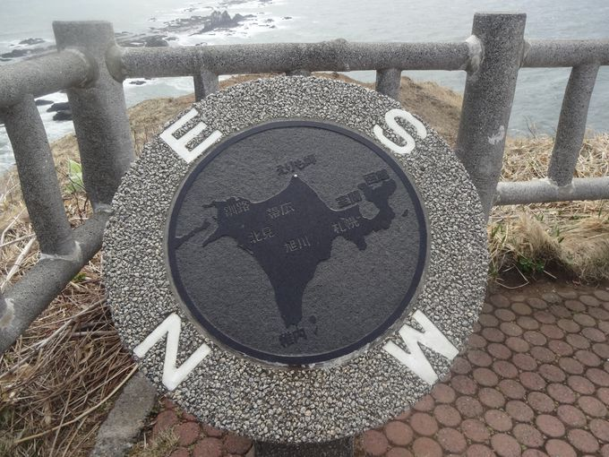 北海道が逆さまに!?ユニークな石碑を発見