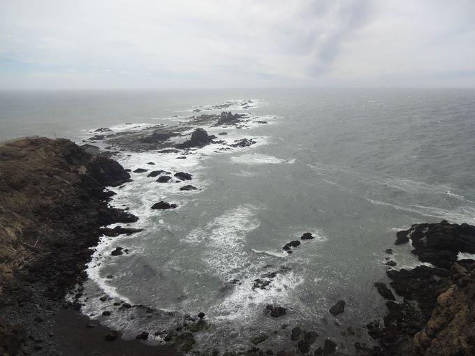 まさに断崖絶壁!細く伸び、連なる岩礁が圧巻