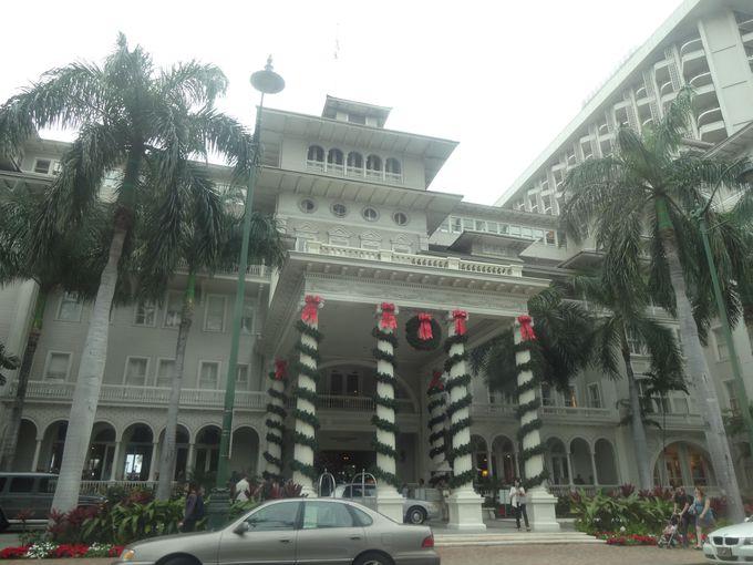 真っ白なホテルがクリスマスカラーに染まる!モアナサーフライダー