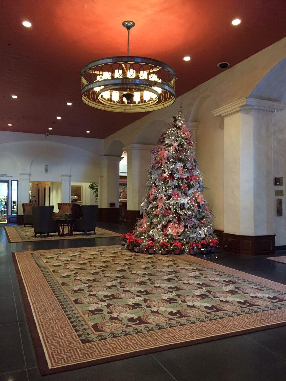 ピンク色のクリスマスツリーにうっとり ロイヤルハワイアン