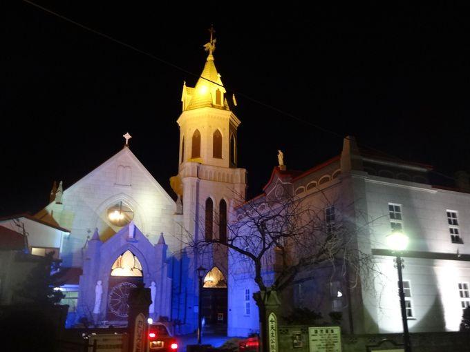 青く浮かび上がるカトリック元町教会は幻想的