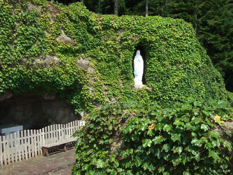 マリア像が神々しい「ルルドの洞窟」