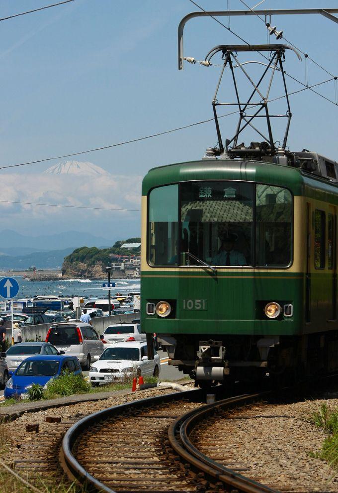 国道から脇道を逸れた線路沿いの道路からは富士山が!