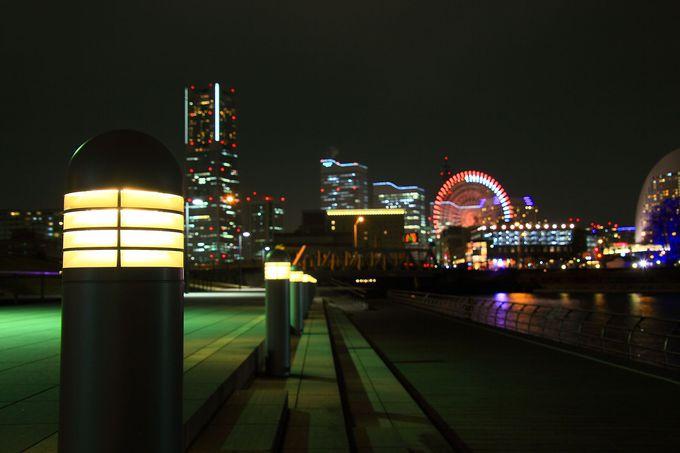 北西出入口付近から見るみなとみらいの夜景はどことなく近未来的?!