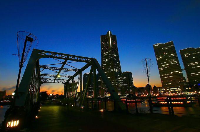 鉄橋とみなとみらいの高層ビル群を眺めるアングル