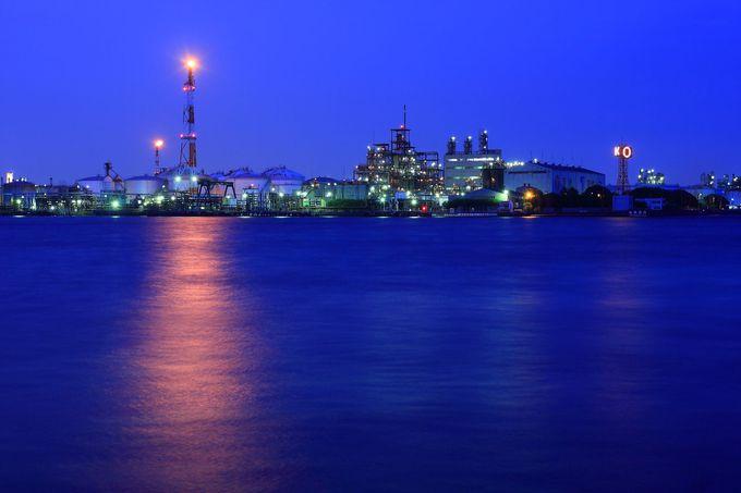 対岸は夜明けの未来都市のよう!