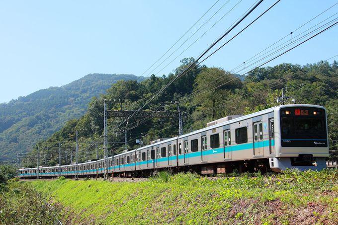 周辺の緑の山に囲まれた小さな踏切前から、新宿へ向かう列車を撮る!