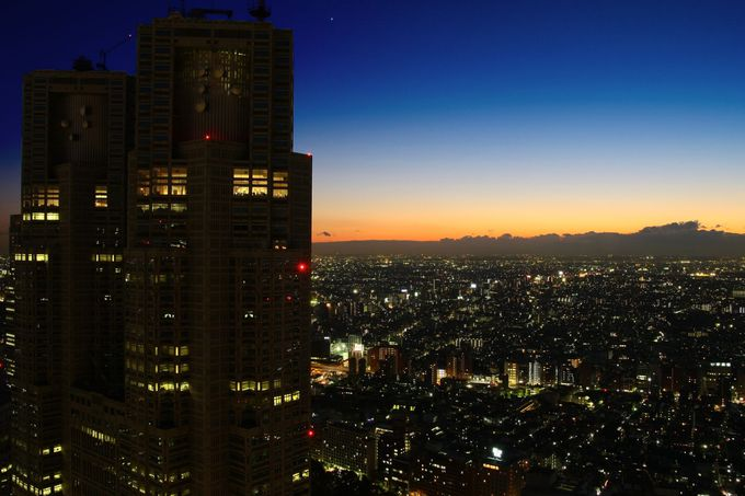 都庁を目の前に世田谷や中野方面を見渡せる展望スペースが魅力!「新宿住友ビル」