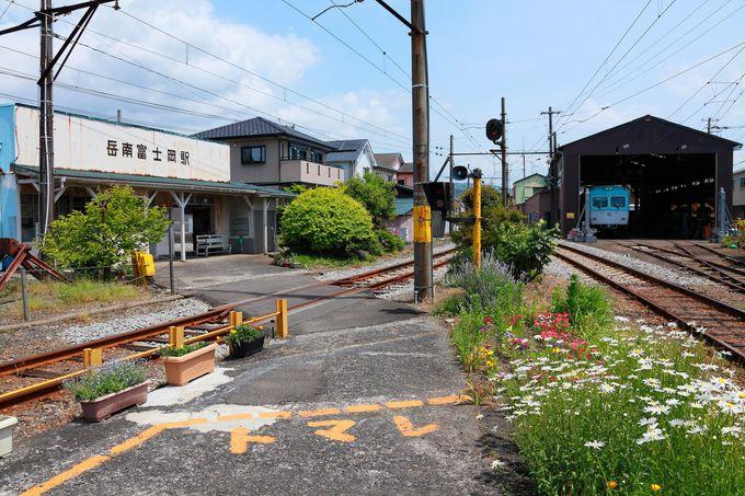 車庫がある「岳南富士岡駅」と茶畑背景の「須津駅〜神谷駅」