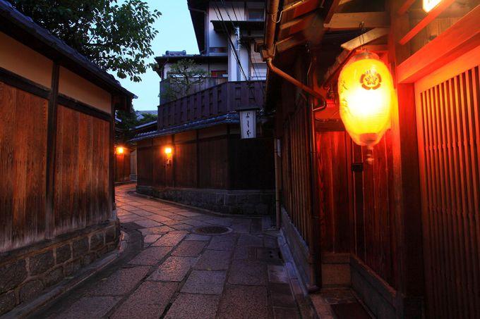 塀沿いに設けられた明かりによってさらに情緒あふれる空間に!