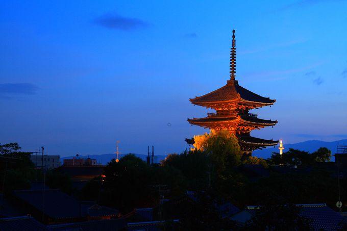 京都の街に同化する「八坂の塔」を高台公園から眺める